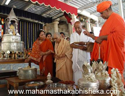 His Holiness Sasti Sri Charukeerthiji giving directions for the poojavidhis to be performed.