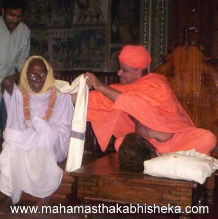 His Holiness Swasti Sri Charukeerthi Bhattarakha Swamiji honouring  Mr. Murena Sumatichandra Shasthri.