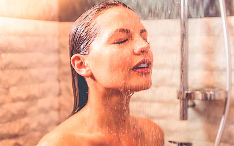 Ducharse para limpiar el cuerpo de toxinas
