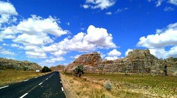 faire du trekking et de la randonnee sur la route nationale 7 dans le parc national de l'isalo madagascar