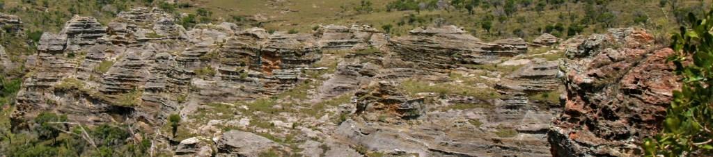 strates géologiques de grès du massif de l'Isalo