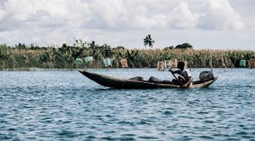 Pecheur sur le canal des Pangalanes à Madagascar