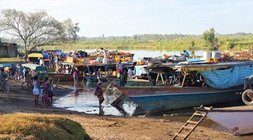 Bateaux de contrebande sur le canal des Pangalanes à Madagascar