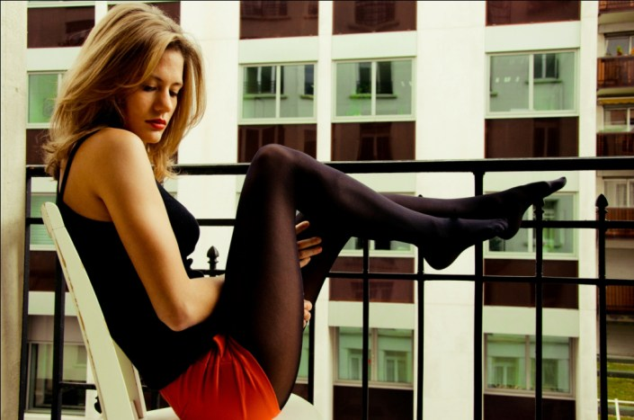 Justine pose pour photo sur son balcon