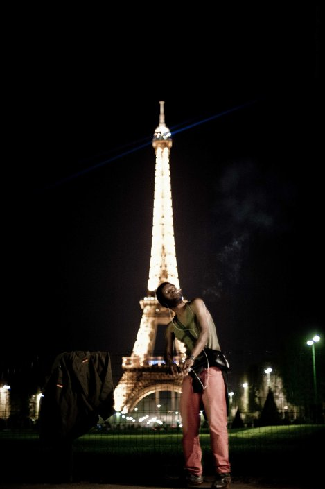 Dancing for the eiffel tower - Street photography