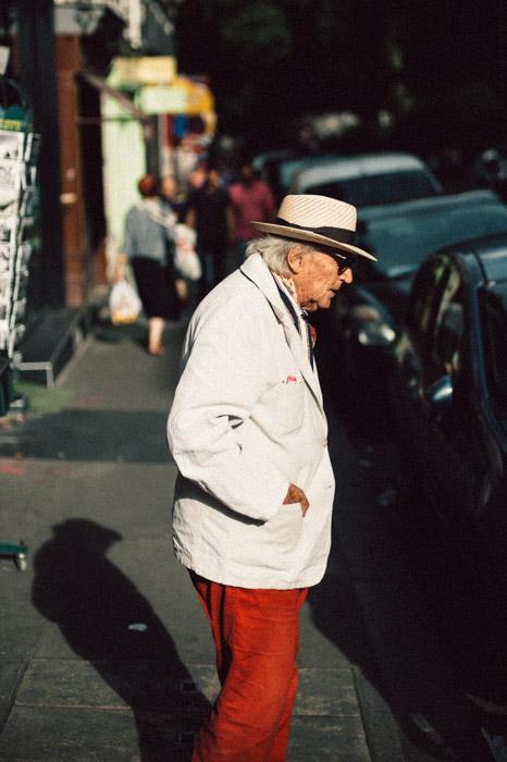 L'homme au pantalon rouge -photographie de rue Paris / Street photography Paris