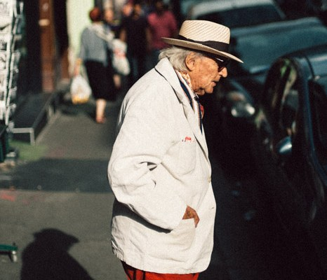 L'homme au pantalon rouge -photographie de rue Paris / Street photography Paris