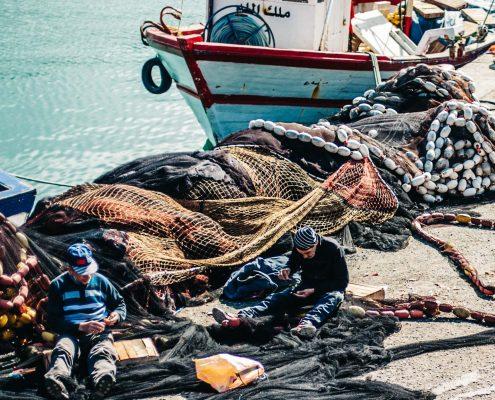 Pêcheurs réparant leur filets avant sortie en Chalutier - Port of Azeffoun