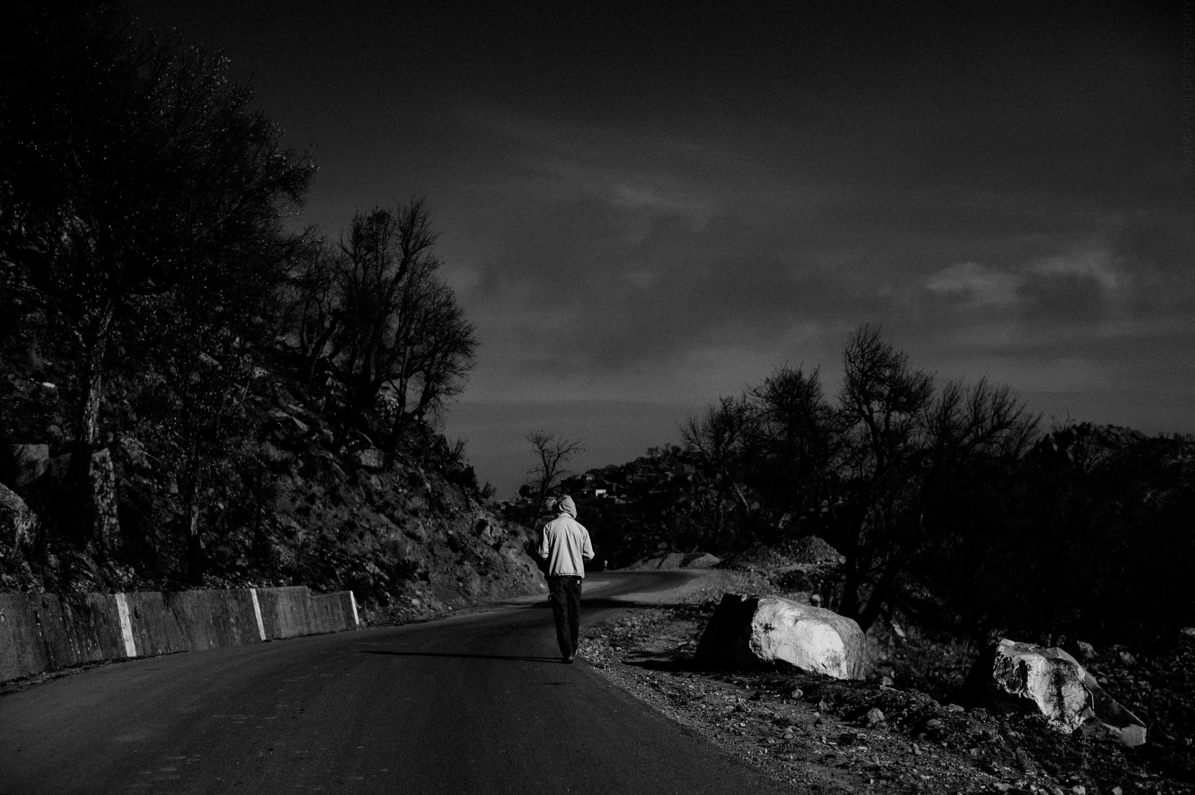 Homme se baladant sur la route d'Azeffoun - Man walking along the Azeffoun road
