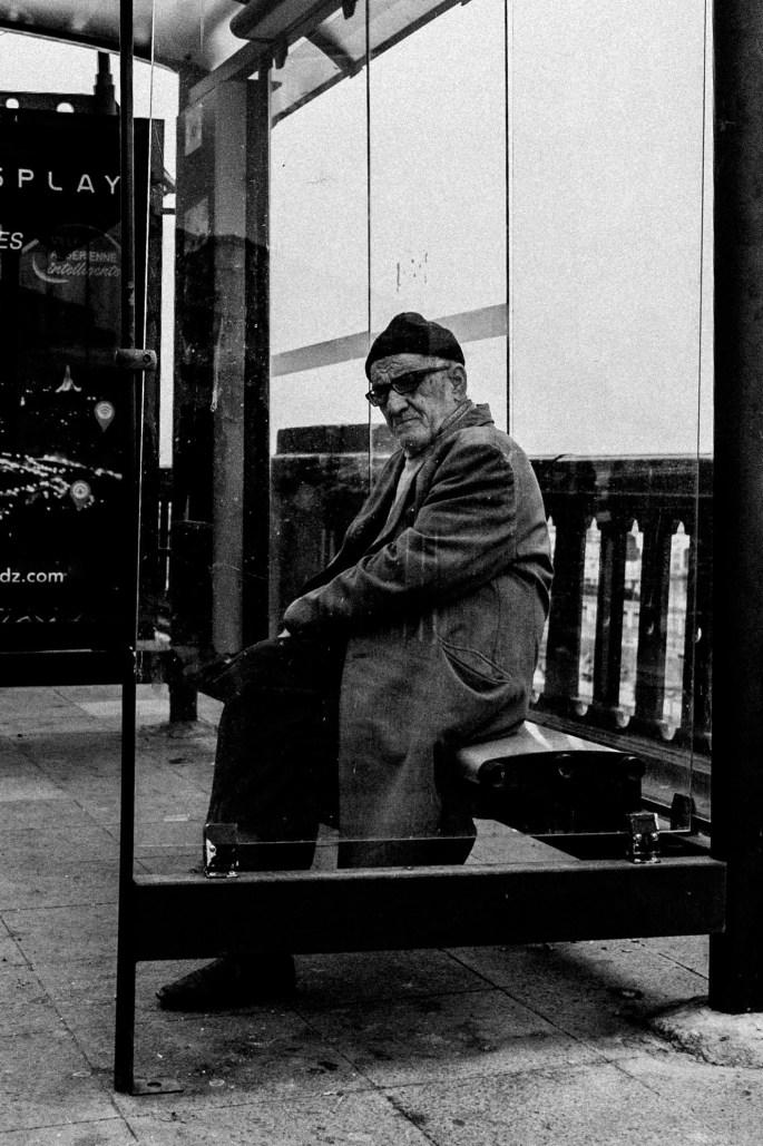 Un homme attendant le bus ou … – Alger - A man waiting for a bus or … – Algiers