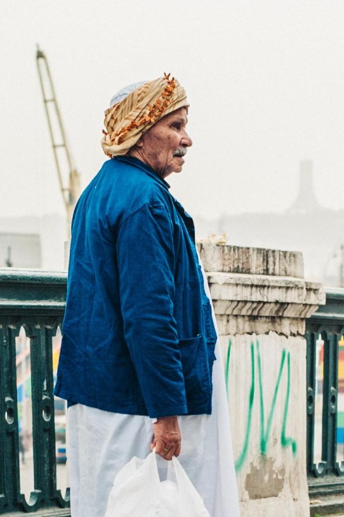 Un homme avec ses courses – Alger - A man with his groceries – Algiers