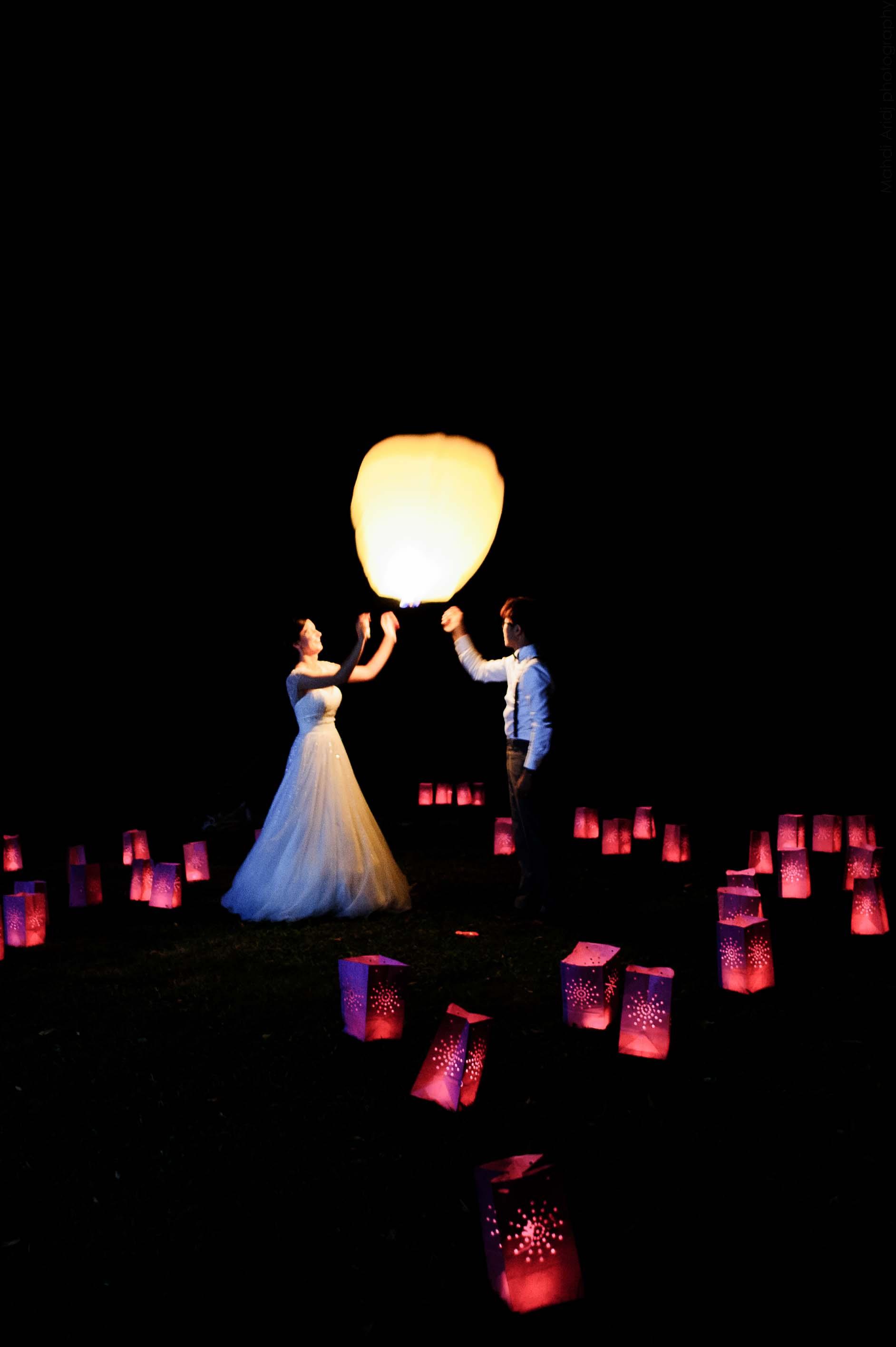 Lâché de lanternes volantes par les mariés -Photographe de mariage en Bourgogne | Wedding photographer in Burgundy