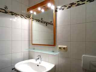 Großer Spiegel im Bad über dem Waschbecken