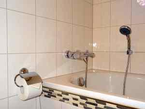 Hochwertige Bad und Sanitäreinrichtungen mit Wanne und Duschmöglichkeit