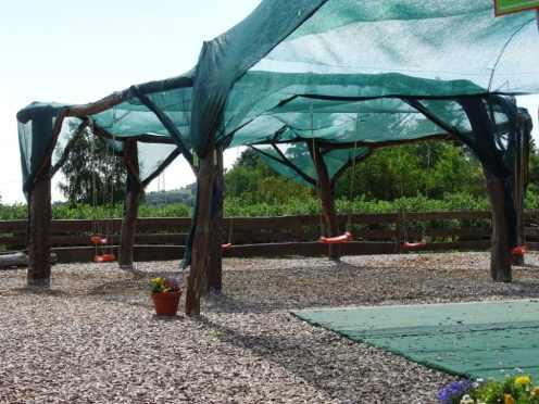 Ferienwohnung Dresden Lockwitz - Kinderschaukeln mit Sonnenschutz