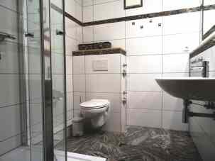 Bad mit Dusche, Waschbecken, WC