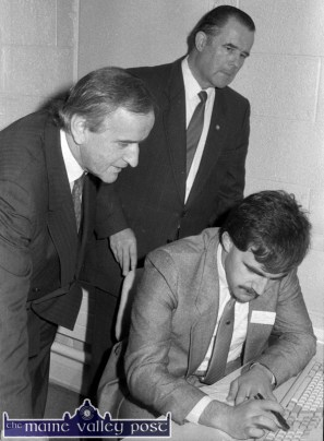 New York Life staff member, Tom O'Connor, Ballymacelligott showing the company's up-to-the-minute technology to Minister for Industry and Commerce, Albert Reynolds, TD and Denis Foley, TD after the minister had officially opened the offices. ©Photograph: John Reidy 15-11-1988