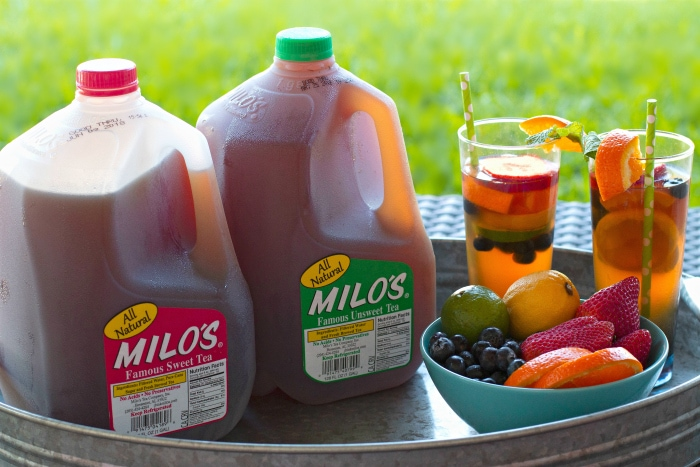 Sparkling tea cocktail on tray