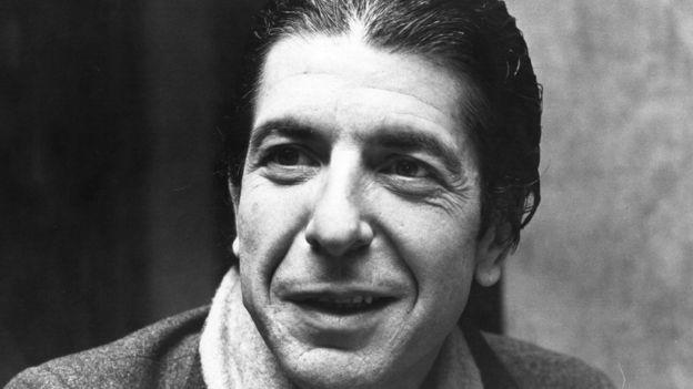 """Cohen começou escrevendo livros; lançou a coleção de poesias """"Flowers for Hitler"""" (1964) e, em seguida, os romances """"The favorite game"""" (1963) e """"Beautiful losers"""" (1966)"""