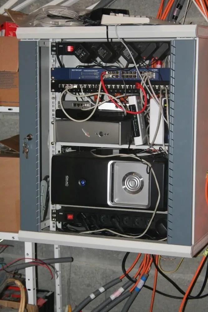 tous les cables reseau de la maison arrivent a cette armoire il n y a plus qu a connecter tout ca j y ai deja connecter quelques prises reseau du rez de