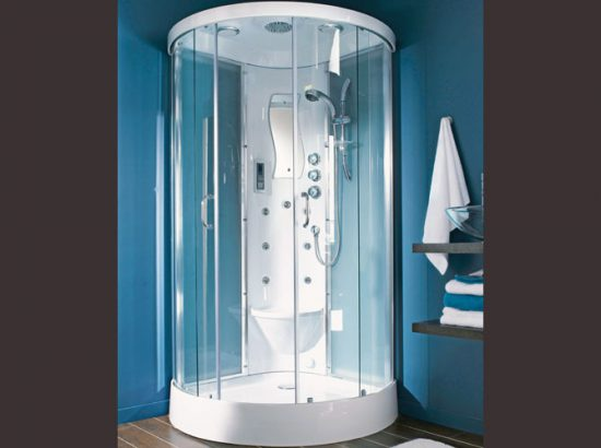 une cabine de douche tout confort
