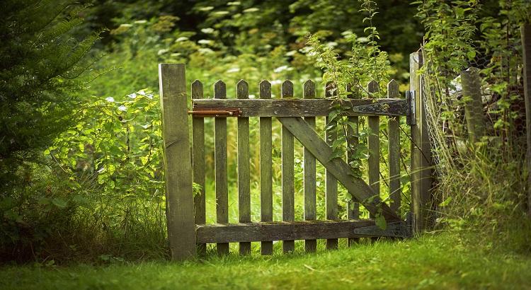 https www maison travaux fr maison travaux renovation par type menuiserie escalier porte portillon bois lui assurer fixation solide fp 184969 html