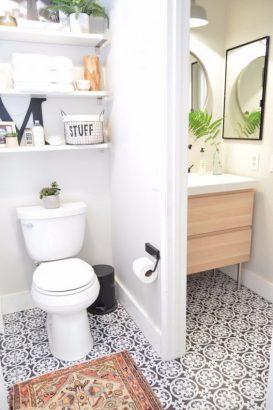 les toilettes dans la salle de bains