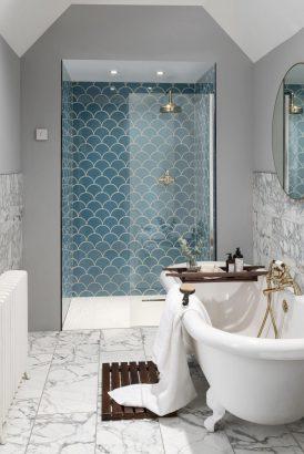 une douche et une baignoire