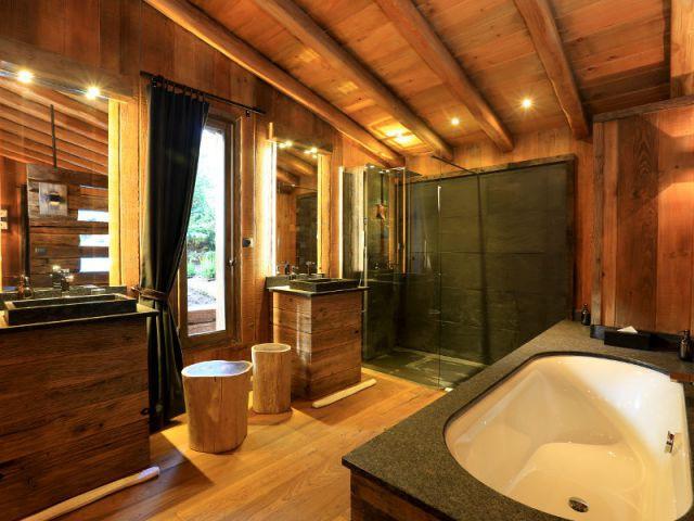 du bois dans la salle de bains 10