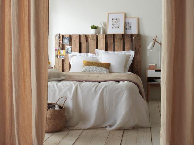 tete de lit en palettes de bois recyclees et rideau beaumaris