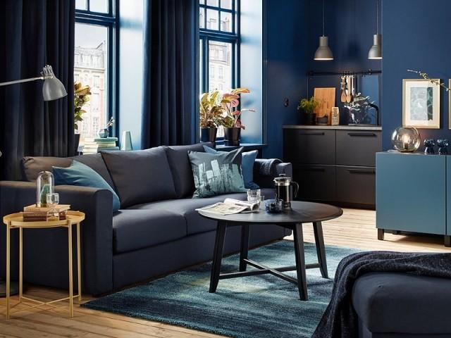 bleu fonce en camaieu dans un salon urbain canape vimle orrsta bleu noir