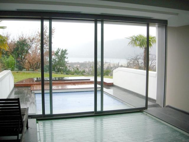 Une baie vitre automatique au dessus dune piscine