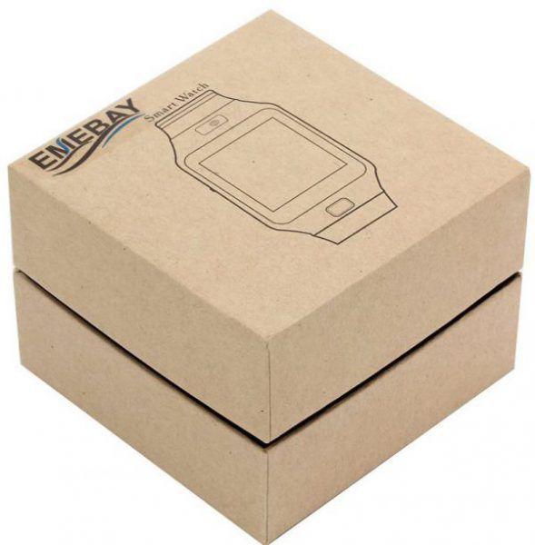 Emballage en carton de la montre téléphone EMEBAY qui vient avec un câble USB et un manuel d'utilisateur