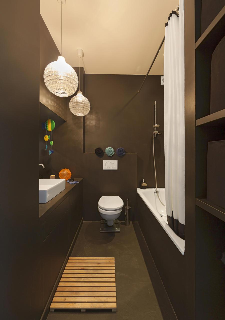 salle de bains noire tout en longueur