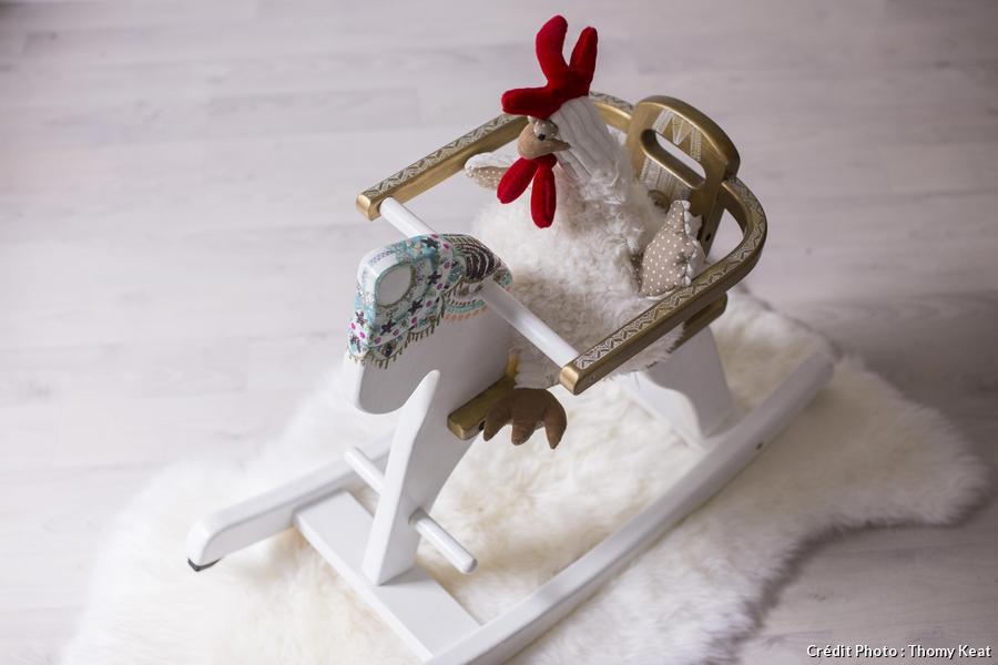 Un cheval à bascule relooké avec des pailettes