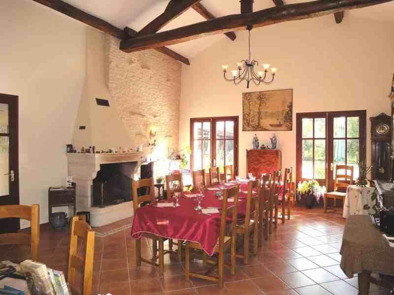 Salle à manger de la maison d'hôtes à vendre en Venise Verte (St Hilaire la Palud, Deux-Sèvres)