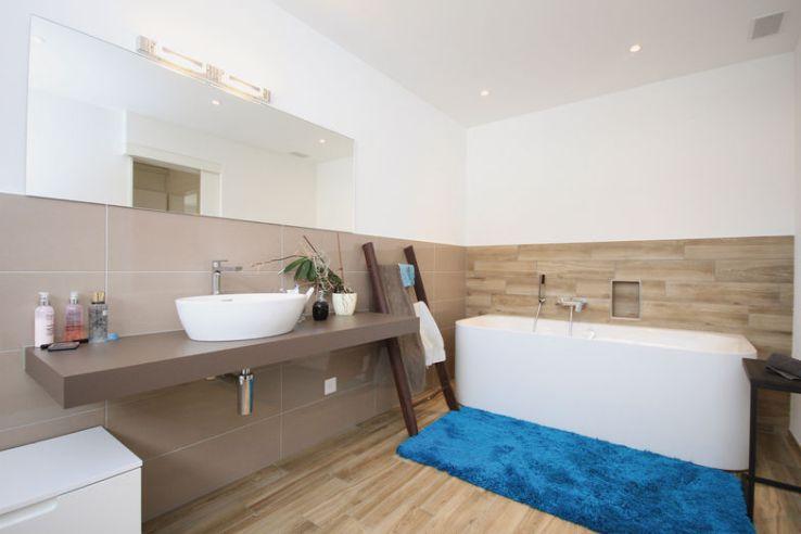 L'équipement moderne fait de la salle de bains une oasis de bien-être.