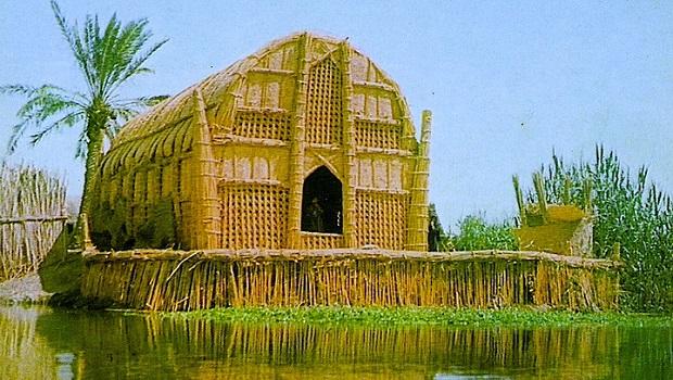 Maison flottante en roseau