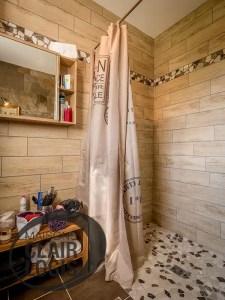 Salle de bain avec douche à l'italinne