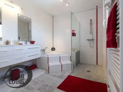 Nos maisons neuves maisons clair logis for Salle de bain baignoire d angle et douche italienne