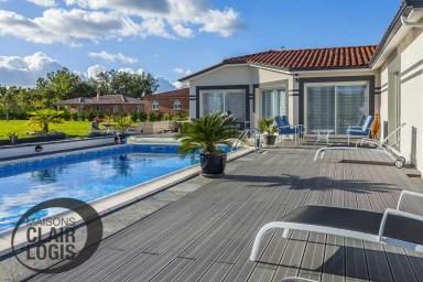 Maison moderne avec vaste terrasse