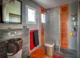 Salle de bain contemporaine avec douche à l'italienne