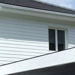 Maison moderne blanche en bois