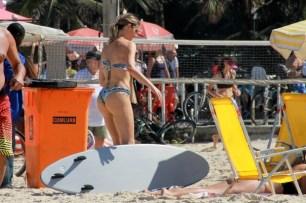 Fernanda Lima curtiu praia com a família