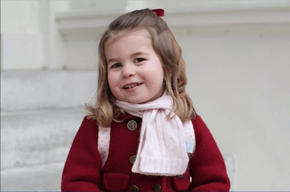 Charlotte feliz no primeiro dia de infantário