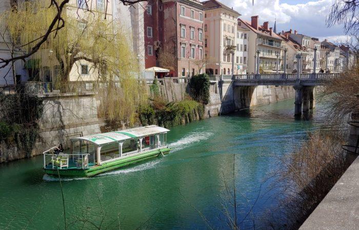Lubiana_Il centro storico è connesso da caratteristici ponti, e sul fiume si affacciano numerosi locali e ristoranti