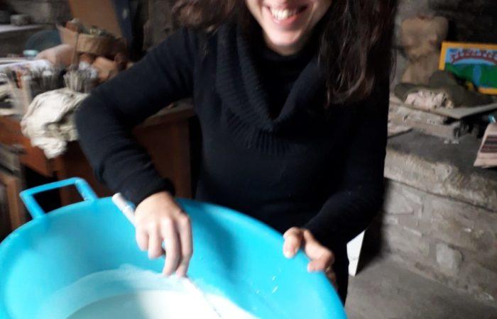 smentelliamo le mattonelle con Bagno nello smalto bianco per eliminazione con le mani di piccoli difetti