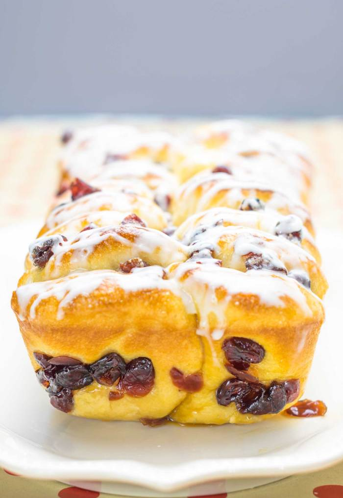 Need a quick holiday dessert? This easy cranberry quick bread is a breeze to make!