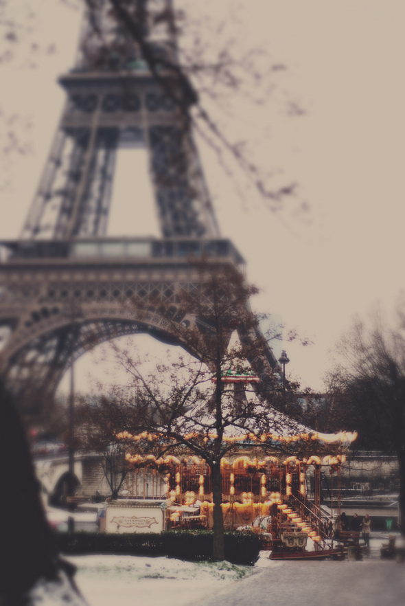 snowy-paris-with-eiffel-tower-and-carousel-photo-by-ana-luc3adsa-pinto