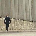 Путин в одиночестве прошелся по Петербургу